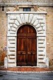 一个历史建筑的古老门在佩鲁贾(托斯卡纳,意大利) 免版税库存照片