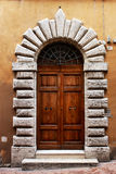 一个历史建筑的古老门在佩鲁贾(托斯卡纳,意大利) 免版税库存图片