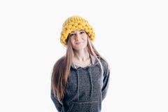 戴一个厚实的帽子的女孩 免版税库存照片
