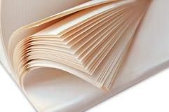 一个厚实的笔记本的页,半开敞的一般笔记本,有白色板料的开放笔记本 库存图片