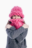 戴一个厚实的围巾和帽子的女孩 库存图片