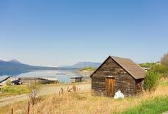 一个原木小屋俯视的atlin湖在北加拿大 库存图片