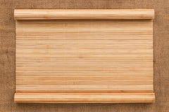 以一个原稿的形式竹席子在麻袋布 库存图片