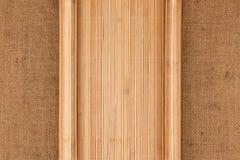 以一个原稿的形式竹席子在麻袋布 免版税图库摄影