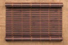 以一个原稿的形式竹席子在麻袋布 图库摄影