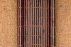 以一个原稿的形式竹席子在麻袋布 库存照片