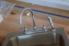 一个厨房水槽的看法在正确设施以后的 免版税库存照片