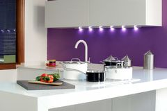 一个厨房的总图有黑白罐的 图库摄影