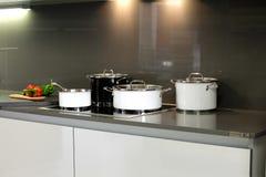 一个厨房的总图有黑白罐的3 免版税库存图片
