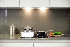 一个厨房的总图有黑白罐的5 免版税库存图片