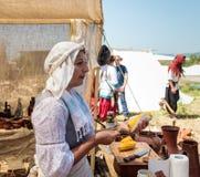 一个参加者在骑士节日在戈伦公园烹调访客的煮沸的玉米在以色列 库存照片