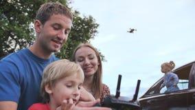 一个友好的家庭发射寄生虫并且通过控制板控制它 影视素材