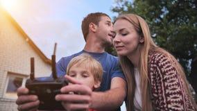 一个友好的家庭发射寄生虫并且通过控制板控制它 股票视频