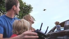 一个友好的家庭发射寄生虫并且通过控制板控制它 股票录像