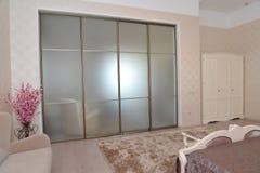 一个双重旅馆客房的卧室的内部的片段 库存照片
