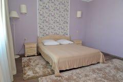 一个双重旅馆客房的卧室的内部轻的口气的 免版税库存照片