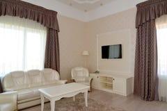 一个双重旅馆客房的客厅的内部 库存照片