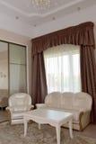 一个双重旅馆客房的客厅的内部 免版税库存照片