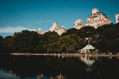 一个反射的湖在有高楼和美丽的天空的一个公园 库存照片