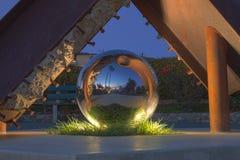 一个反射的球雕塑在海斯勒公园,拉古纳海滩 免版税图库摄影
