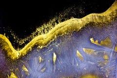 从一个发光的冷淡的样式的背景在玻璃在晚上 免版税库存图片