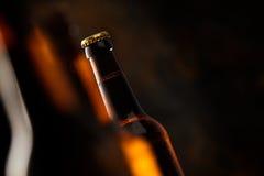 一个发光的啤酒瓶的倾斜角视图 库存图片