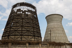一个发电站的两个热量塔反对天空的 库存照片