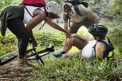 一个受伤的骑自行车者在森林里 免版税库存图片