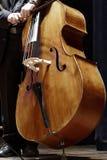 一个古典音乐音乐会的低音提琴球员 图库摄影