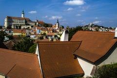 一个古城的房子红色屋顶有一座城堡的在背景中 库存图片