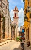 一个古城的狭窄的街道以钟楼为目的在古巴 库存照片