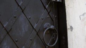 一个古板的黑金属门加强与被覆盖的板材 股票视频