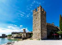一个古老中世纪堡垒的墙壁和垒 免版税库存图片