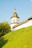 一个古老修道院的塔小山的 免版税图库摄影