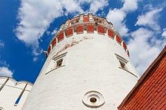 一个古老修道院的塔蓝天背景的 免版税库存照片