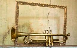 一个古老喇叭从四十年代,在一个老框架 库存图片