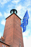 一个古老大厦在斯德哥尔摩使用了当有欧盟旗子的市政厅 库存图片