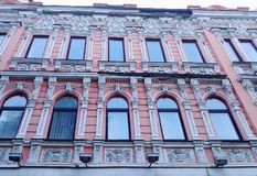 一个古老大厦的一个老砖buildingBeautiful桃红色门面的被破坏的门面 免版税库存照片