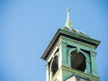 一个古老大厦的上面在绿色方形的形状的与蓝天在背景中 免版税库存图片