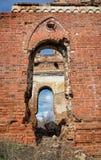 一个古老大厦的废墟在乌里扬诺夫斯克,俄罗斯 红砖墙壁曲拱和片断  免版税库存照片