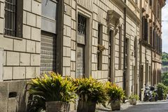 一个古老大厦的美丽的门面在一条街道上的在罗马, 12月 库存照片