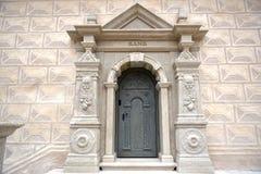 一个古老大厦的门 免版税库存照片