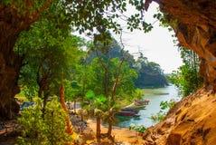 一个古老宗教洞 美好的风景的里面看法与小船的 Hpa-An,缅甸 缅甸 库存图片