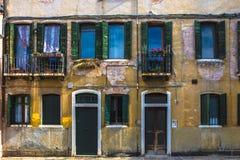 一个古老意大利大厦特写镜头的门面 免版税库存图片