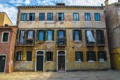 一个古老意大利大厦特写镜头的门面 库存图片