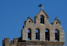 一个古老教会和强烈的蓝天的响铃在Ste玛里de la梅尔在Camargue在法国 免版税库存照片