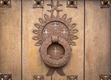 一个古老棕色木门的古老生锈的通道门环 库存照片