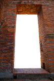 一个古老泰国寺庙的古老砖窗架在阿尤特拉利夫雷斯,泰国 免版税库存照片