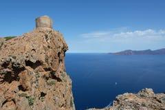 一个古老石塔的看法在峭壁的在海上 免版税库存照片