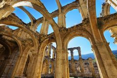 一个古老被放弃的修道院的废墟在圣玛丽亚de rioseco,西班牙 免版税库存照片
